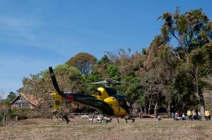 Helicóptero do IEF/SEMAD pousado em frente à sede da Fundação Matutu